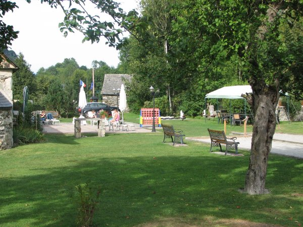 Camping pyrenees natura estaing campings des hautes for Camping haute pyrenees avec piscine